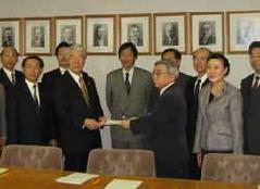 f379cf335f17 12月12日、公明党神戸市会議員団として、明年平成19年度予算に対し、228項目にわたる要望書を提出。格差社会と言われるなかで、財政状況が厳しくとも、医療、  ...