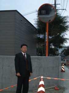 油川新井田地区にロードミラーを設置しました。