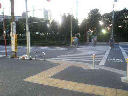 プールガーデン前交差点を分離式信号機に変えました。