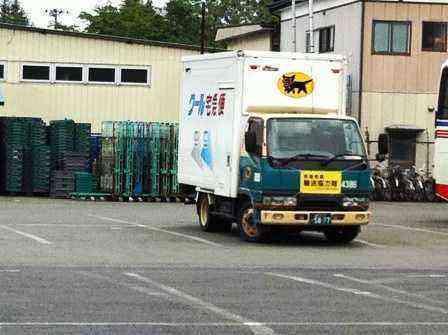 避難所へ必要な物資を運ぶトラック