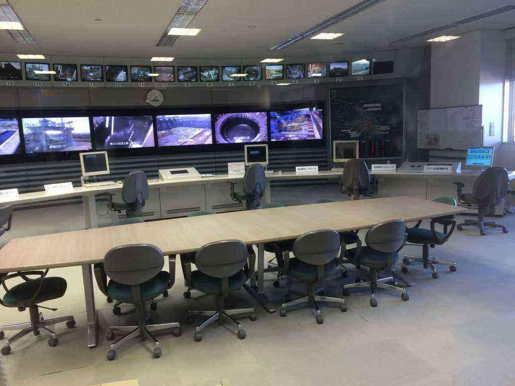 首都圏外郭放水路のさまざまな施設をモニターテレビで写し出し、コントロールしている操作室です。ガラス一枚隔てて見ることができます。 この操作室は、テレビや映画の撮影に使われるそうです。