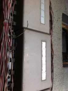 工事前のNTTの配線BOXです。配線が長年むき出しになっており、断線の可能性も出てきました。