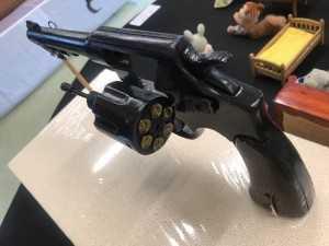 手作りの木でできた拳銃
