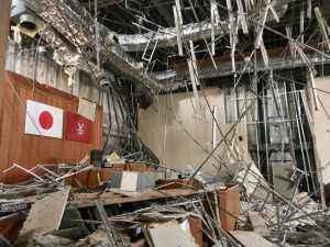 地震時のままの議場
