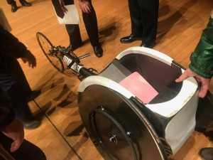 競技用の車いすの軽いことに驚き!