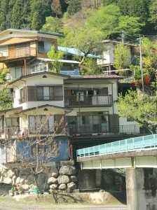 一般の家の下を通り抜ける橋