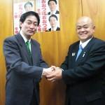 大坪日野市長とガッチリ握手
