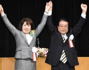 伊藤さん(左)への絶大な支援を訴える石田政調会長=15日 兵庫・洲本市