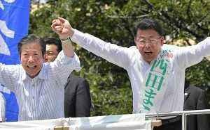 西田まこと候補(埼玉選挙区)(右)の逆転勝利へ支援を呼び掛ける山口代表=3日 埼玉・坂戸市