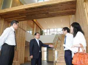 CLTを活用した建物内を視察する石田氏(左から2人目)