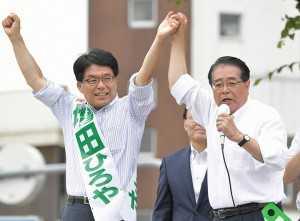増田候補(左)の逆転勝利へ絶大な支援を呼び掛ける石田政調会長=26日 東京・小平市
