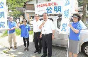 核廃絶への日本の役割を訴える石田氏(右から2人目)ら=13日 高知・佐川町