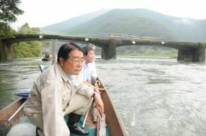 「口屋内沈下橋」の橋脚破損及び橋面のひびわれ状況を、船の上から視察 2010年10月3日 四万十市西土佐