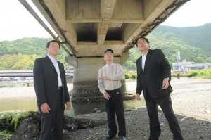 老朽化する巽橋を視察し住民から要望を受ける石田衆院議員ら(右)=2012年6月3日 宇和島市
