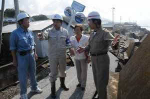 防潮堤が決壊した被害現場を視察する (平成23年7月23日 高知・安芸市)