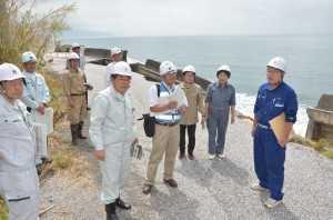 決壊した防波堤の被害状況を視察する(2014年8月14日 高知・安芸市)