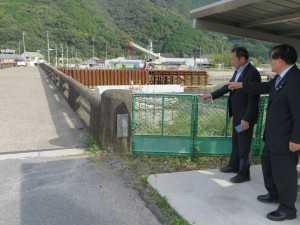 写真左が現在供用中の巽橋。右側が工事中の橋脚。