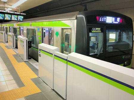 都営新宿線に設置されたホームドア(東京都交通局提供)