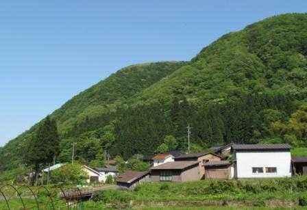 山間の谷沿いに集落がありました!