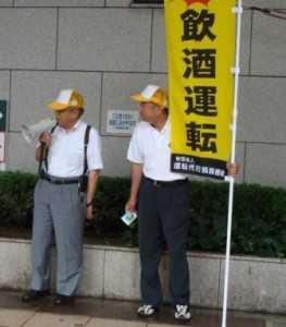 大阪駅前の街頭で署名活動(機構の伊藤代表理事と)