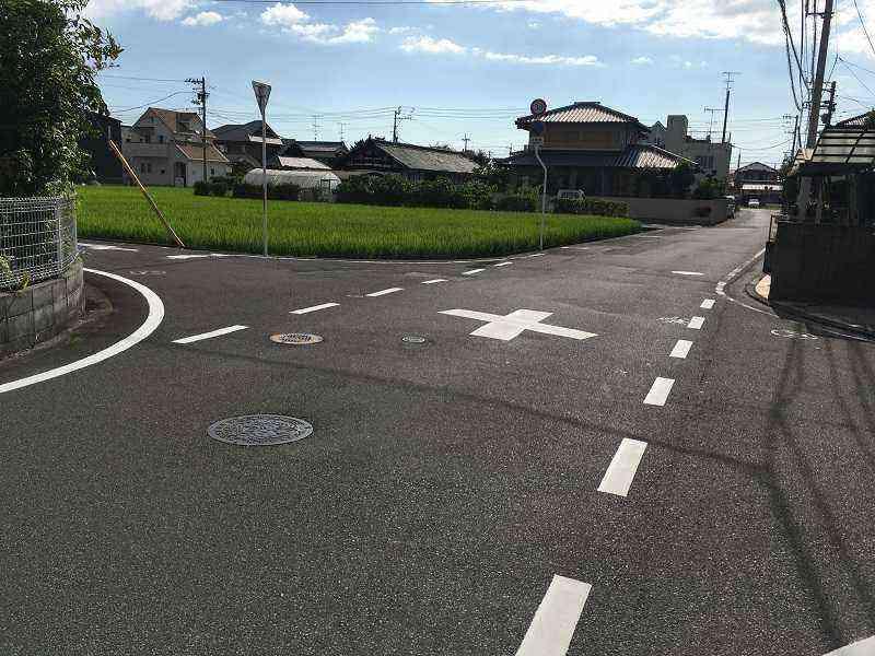 【石井4号線】と【同14号線】が交差する十字路に注意喚起の路面標示を設置