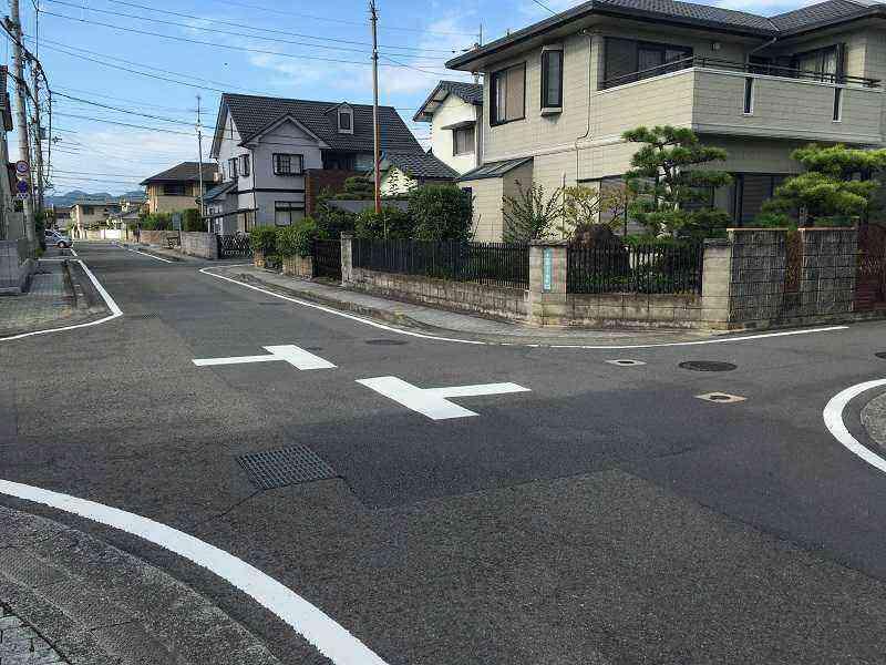 【石井281号線】と【同498号線】が交差する十字路に注意喚起の路面標示を設置