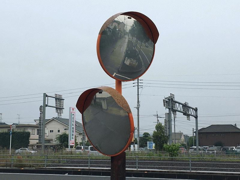 松山インター入口付近交差点のカーブミラーbefore