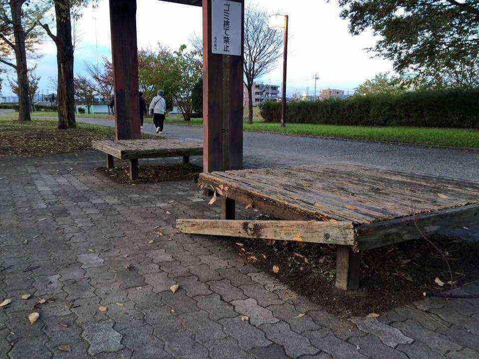 H27 11 30 富田公園のベンチが破損