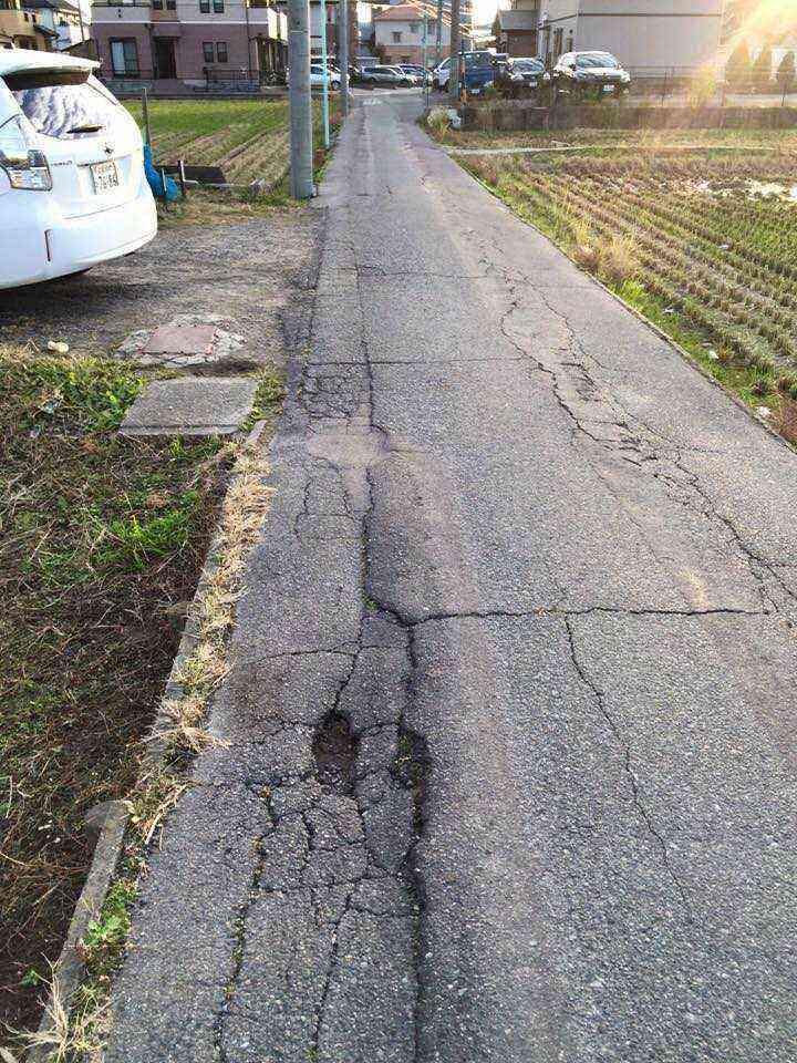 赤星小学校の南、東西の道路の穴ぼこ
