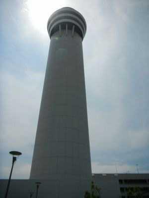目の前の建物は旧管制塔です。 この旧管制塔はバックアップ用の予備管制塔と...  2011 7月
