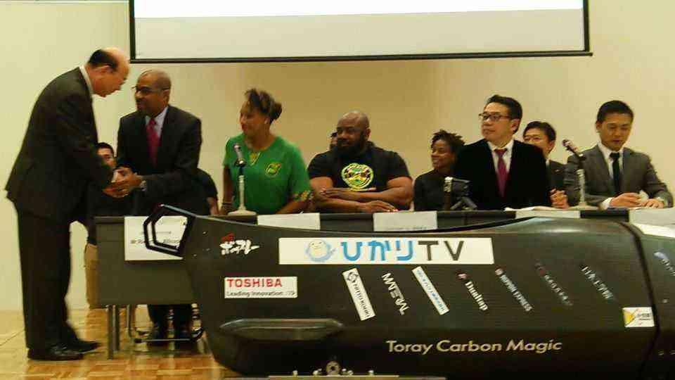 駐日ジャマイカ大使のリカルド・アリコック氏と松原忠義大田区長が固い握手