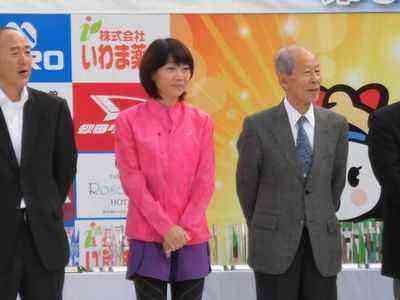 開会式で招待選手の高橋尚子さん