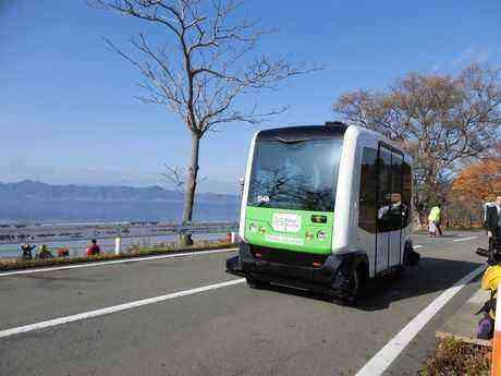 秋晴れの田沢湖畔を走る無人バス(試乗中)