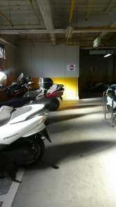 大型バイクがはみ出して通りにくかった駐輪場3階