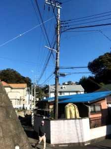斜めに倒れかけた電柱