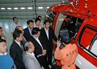 ドクターヘリを視察する山口代表と東京都議会議員ら