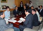 ピロリ菌の除菌対策を申し入れる松副代表(左から2人目)と党北海道本部のメンバーら=2012年5月 厚労省