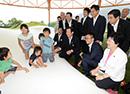 トランポリン型遊具で遊ぶ子どもたちを見守る山口那津男代表ら=8月 福島市