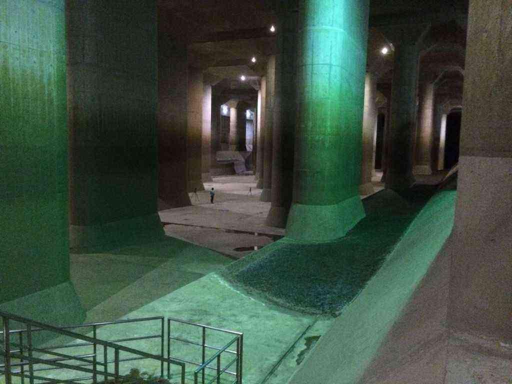 中央のあたりに写っている人と比べると、如何にこの調圧水槽が巨大かが分かります。 「地下神殿」と呼ばれる通りです。