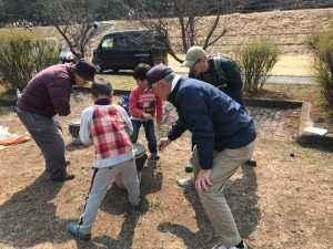 ベーゴマで戦う大人と子ども