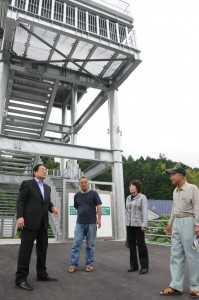 興津地区の津波避難タワーを視察し状況を聞く石田衆院議員ら(左) =2012年6月2日 四万十町