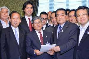 南海トラフ地震対策特措法案を提出する石田氏(前列右から2人目)ら=2013年6月6日 国会内