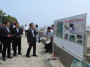徳島小松島港の課題について説明を受ける(2014年6月14日)