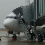 飛行機から降りてくる乗務員