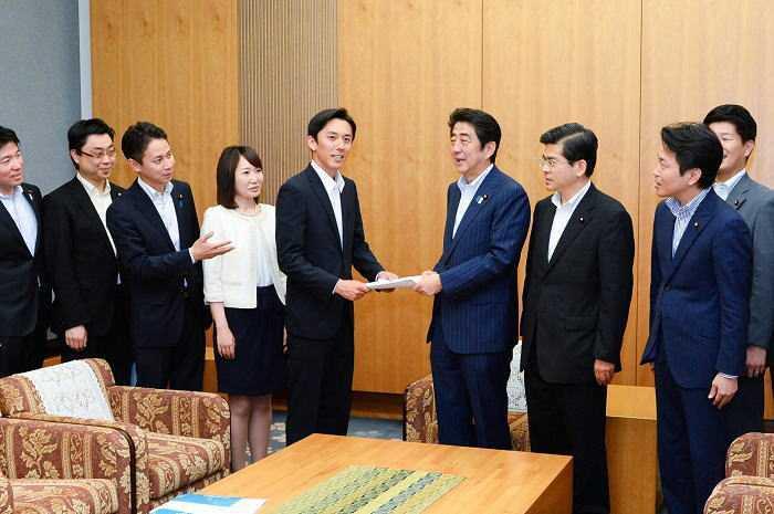 安倍首相(中央右)に提言を申し入れる石井氏(右隣)、谷合氏(左から2人目)と青年党員ら=2013年6月11日 首相官邸