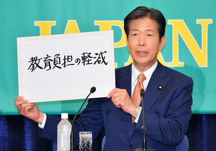教育負担の軽減を訴える山口なつお代表=2017年10月8日 東京・千代田区の日本プレスセンター