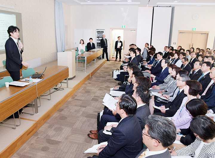 党都本部の勉強会で講演する清水代表(左端)