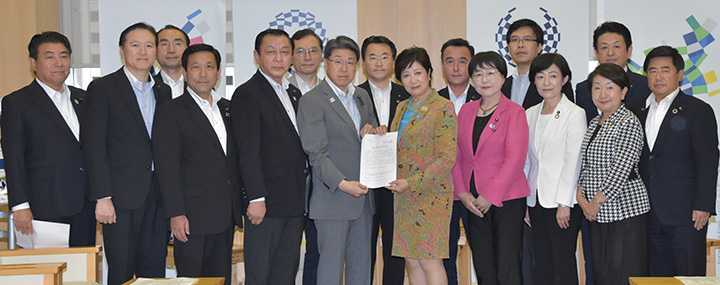 小池知事(前列中央右)に緊急要望を行う都議会公明党=6月27日 都庁