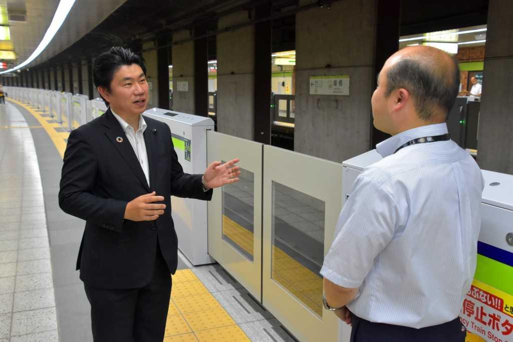 早期整備を要望してきた都営新宿線曙橋駅のホームドアを視察(2019年7月30日)