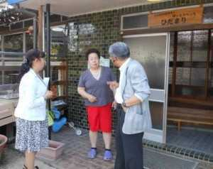 NPOひだまりの前で、代表の池田信子さんと